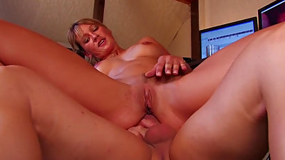 Bubble Butt cougar Gets Granny Pussy..
