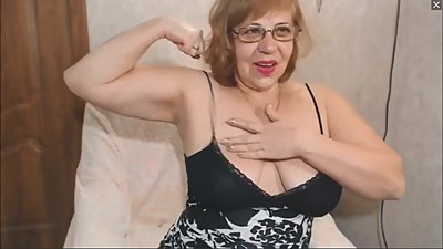Muscular BBW Milf flexes her biceps