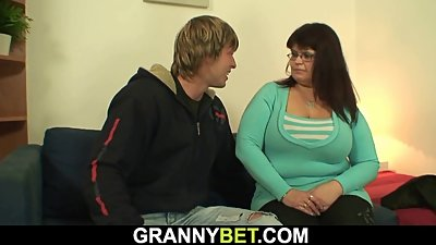 Fat mature woman is picked up and..