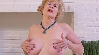American gilf Sindee Dix needs to rub..